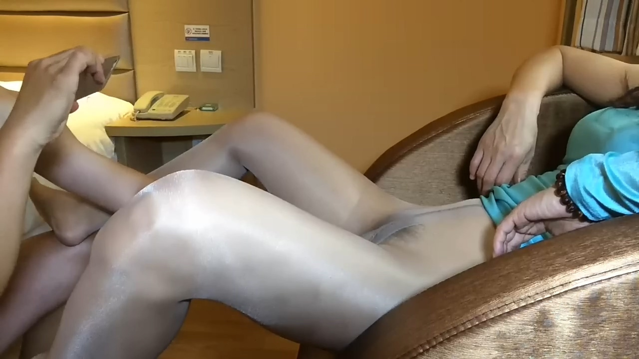 Asian_Amateur_Teen_in_Ripped_Pantyhose_1080p.mp4_20201214_104146.716.jpg