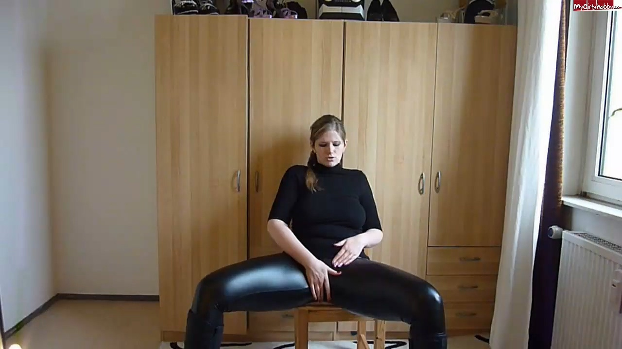 JuliaJones_leather_leggings_cameltoe.mp4_20201119_190200.590.jpg