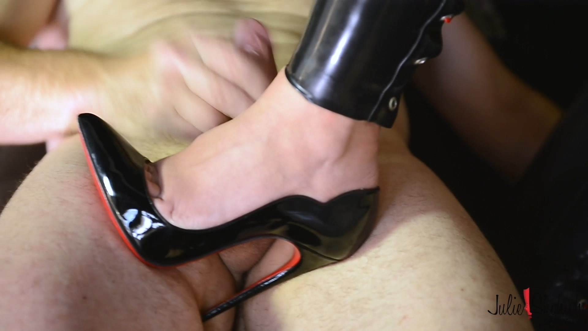 Louboutin Whore in Latex For Old Man.mp4_20190319_193414.837.jpg