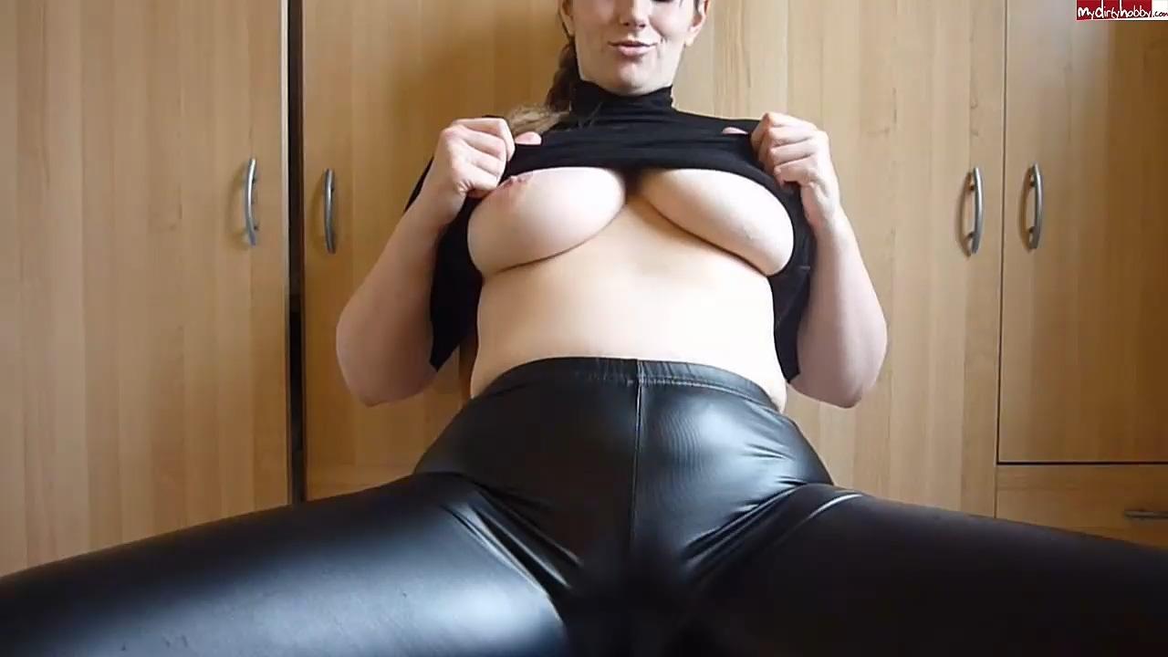 JuliaJones_leather_leggings_cameltoe.mp4_20201119_190306.008.jpg