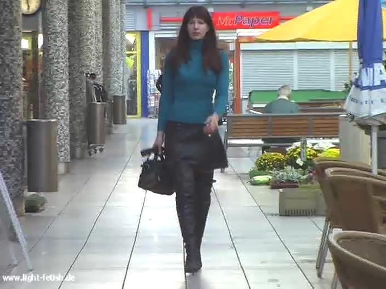 leather_skirt_overknees_public.mp4_20190508_135121.327.jpg