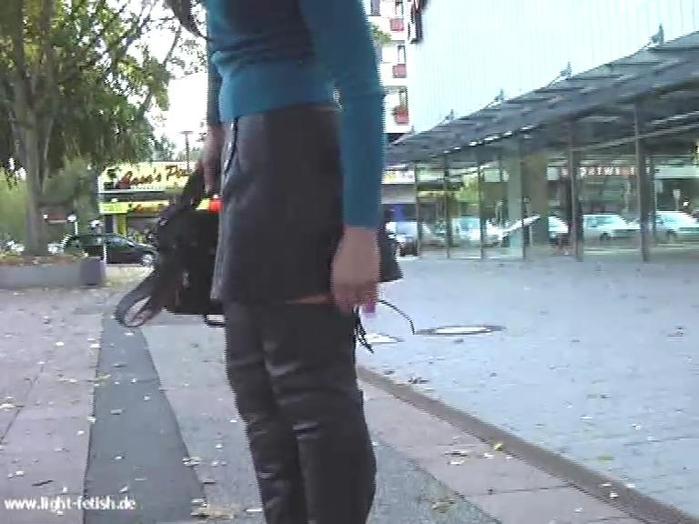 leather_skirt_overknees_public.mp4_20190508_135111.435.jpg