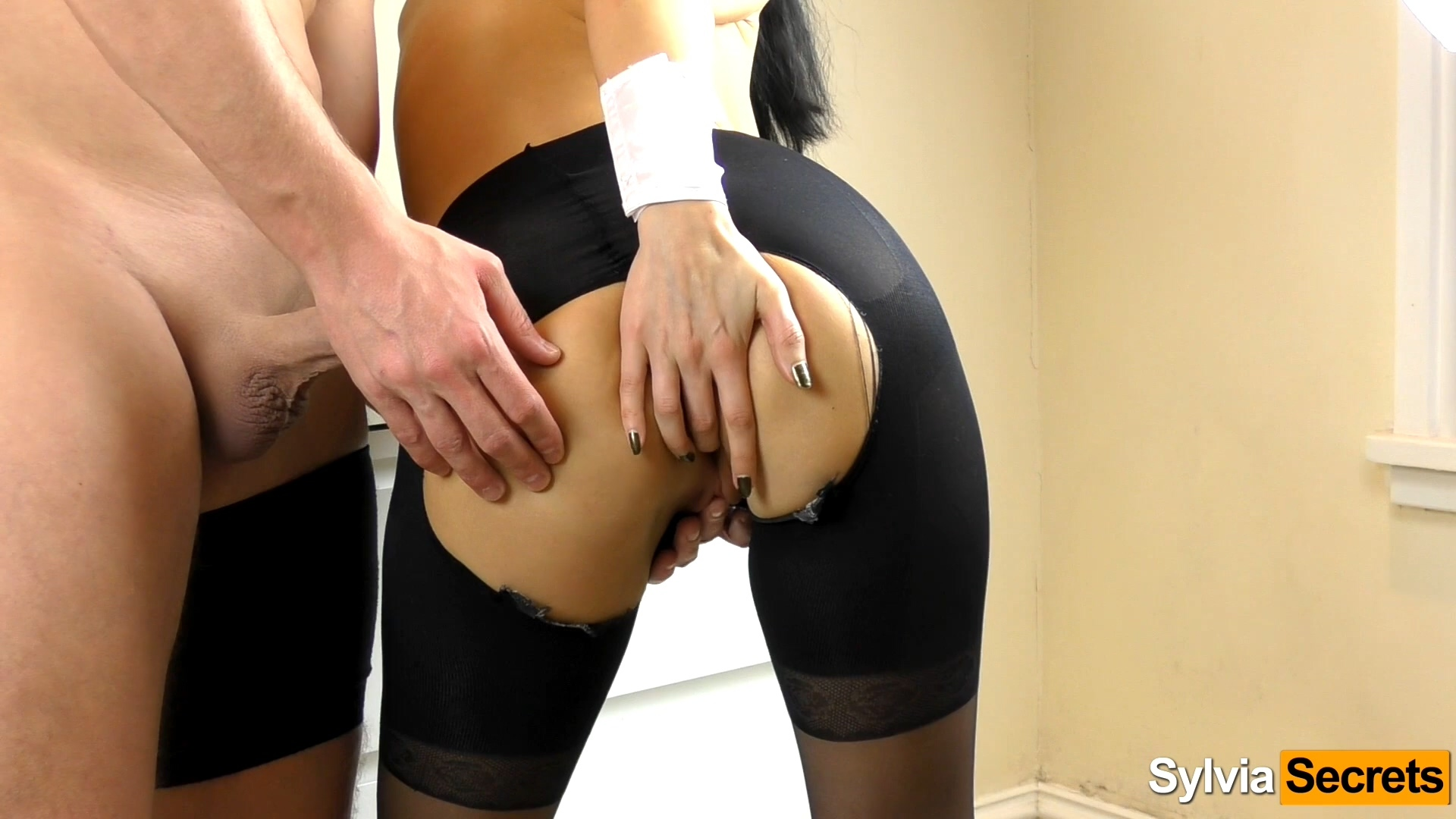 Amateur in Ripped Pantyhose.mp4_20201209_172756.775.jpg